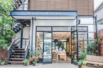 ニールズヤード レメディーズ 表参道本店ではアロママッサージのためのアロマオイルを購入できます