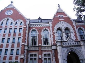 慶應義塾大学三田キャンパスは田町駅が最寄りです。